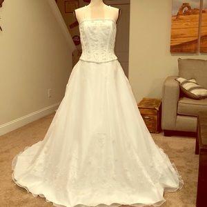 Beautiful ball gown wedding dress. Size 12